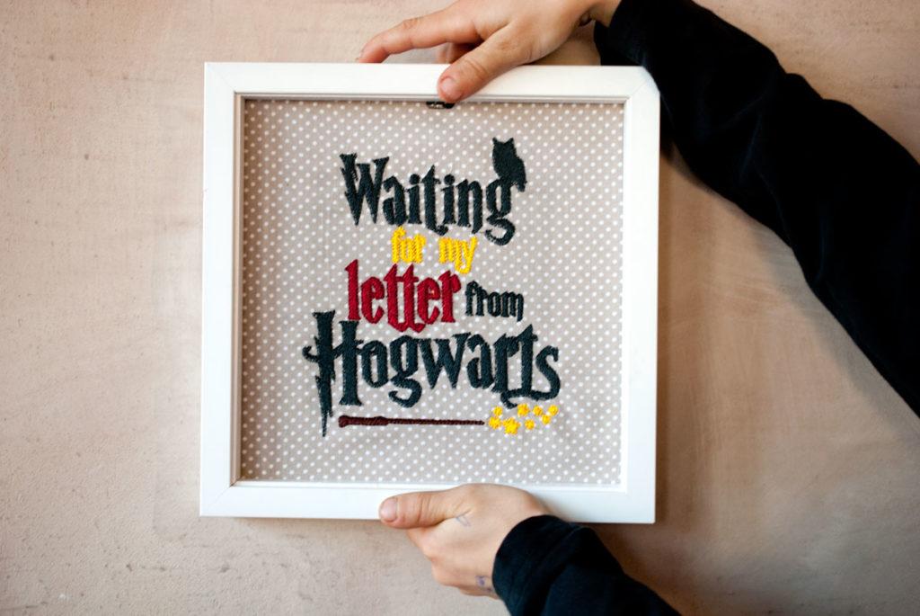 Waiting for my letter from Hogwarts - ein Stickbild als Geschenk für einen Harry-Potter-Fan.