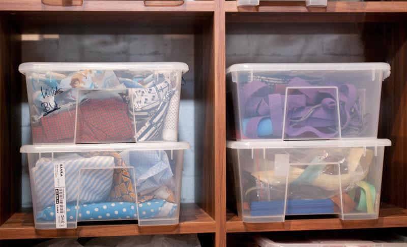 nähzimmer aufräumen: Stoffe und Zubehör sortieren