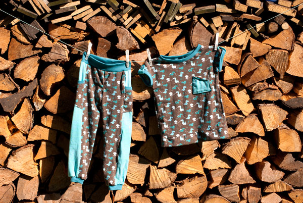 sommermode nähen - tshirt und hose vor holzlager