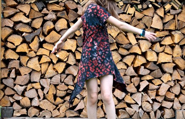 Zipfeltunika Little Ebby vor Holzlager